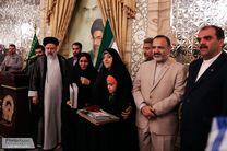 ادای احترام به خانواده محیط بانان شهید در حرم رضوی