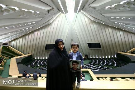 حضور خانواده های شهدای ترور مجلس در صحن علنی