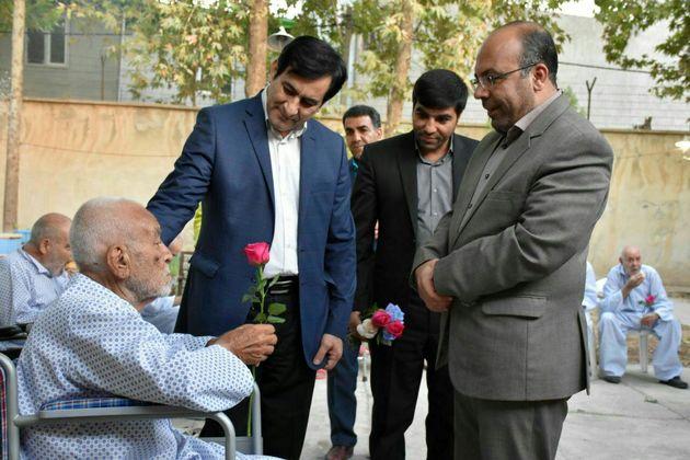 مدیرکل بهزیستی لرستان به دیدار سالمندان مرکز صدیق رفت