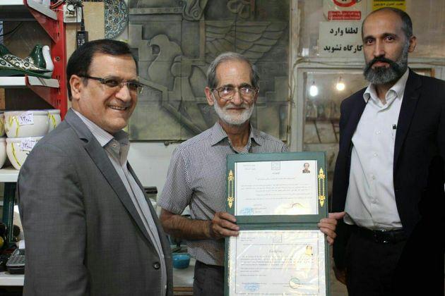 اعطای گواهینامه نشان اعتماد به کارگاه سفال زرین فام در قم