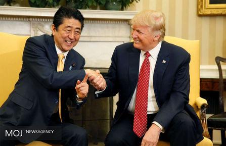 رفتارهای عجیب ترامپ در دیدارهایش