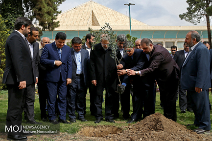 کاشت نهال توسط علی لاریجانی