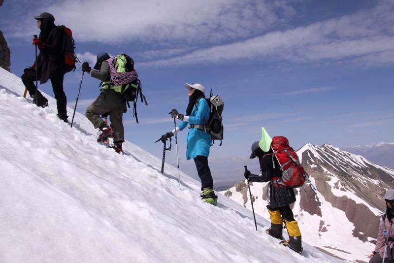 صعود بانوان آملی به قله 5هزار متری در گرجستان