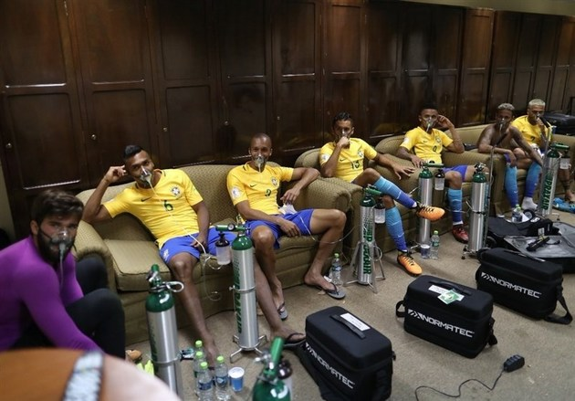 بازیکنان برزیل پس از بازی با بولیوی از کپسول اکسیژن استفاده کردند
