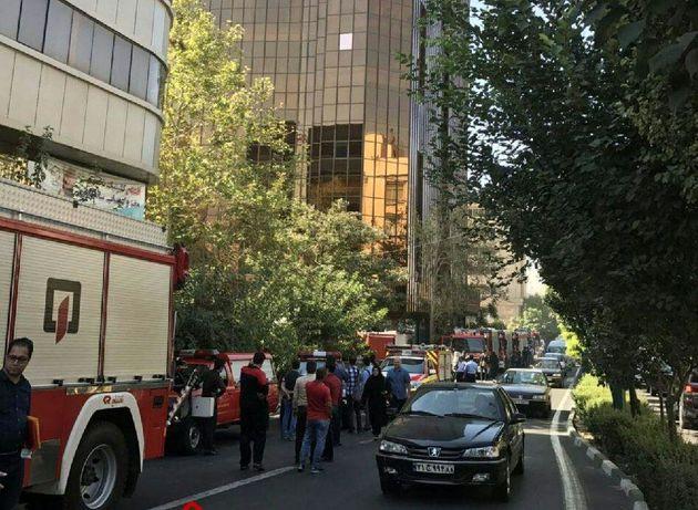آتش سوزی برج تجاری-مسکونی در بلوار آفریقا/ تاکنون مصدومی گزارش نشده است