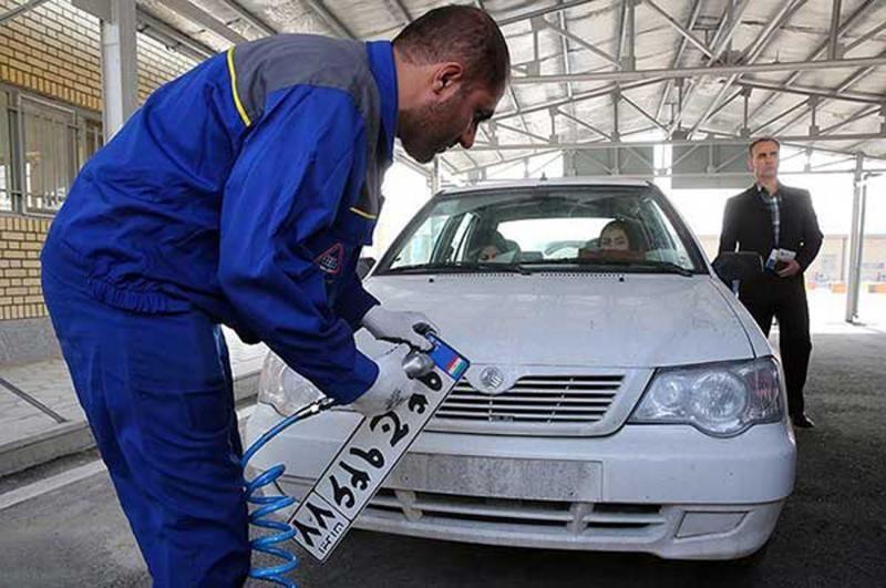 پلیس راهور خودروهای بدون پلاک را توقیف می کند