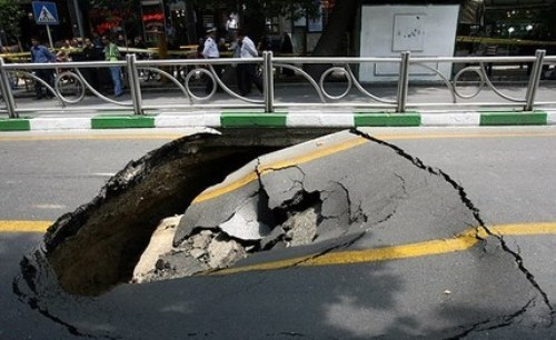 نشست زمین در خیابان رجایی/ انسداد مسیر توسط پلیس