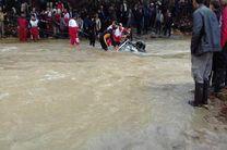 جستجو برای یافتن سرنشینان خودرو سقوط کرده در رودخانه رودبار جیر فومن ادامه دارد/خودرو یک کیلومتر از محل سقوط پیدا شد