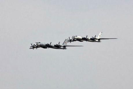 پرواز جنگندههای انگلیس، فرانسه و اسپانیا برای رهگیری دو بمبافکن روسی