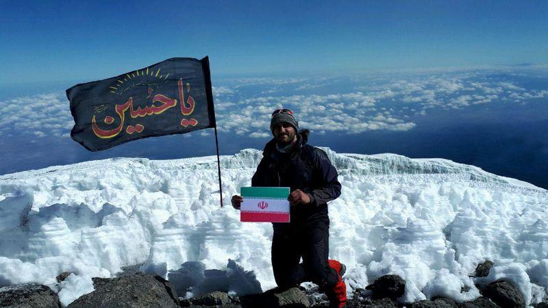 اهتزاز پرچم عاشورایی یاحسین(ع) بر فراز بلندترین قله قاره آفریقا