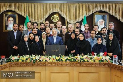 عکس یادگاری اصحاب رسانه با محمد باقر نوبخت سخنگوی دولت