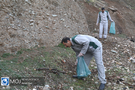 پیاده روی کارکنان پلیس و جمع آوری زباله در دره فرحزاد