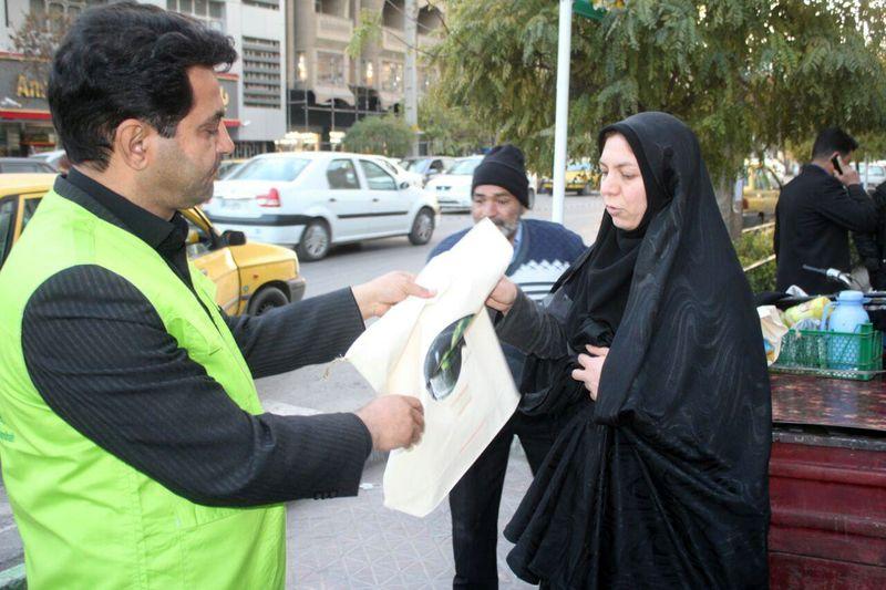 پیامآوران اردیبهشت کرمانشاه کیسههای پارچهای را بین مردم توزیع کردند